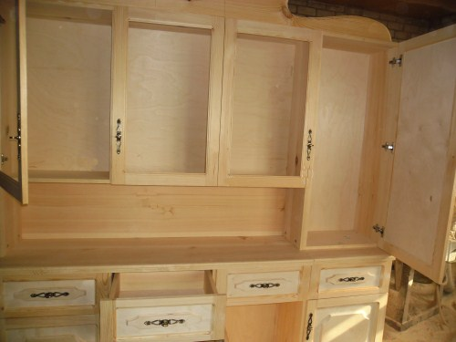 Размечаем и устанавливаем мебельные петли на дверцах