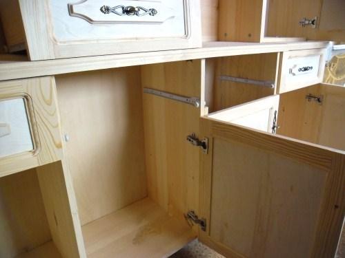 Устанавливаем ящики в шкафу на направляющих